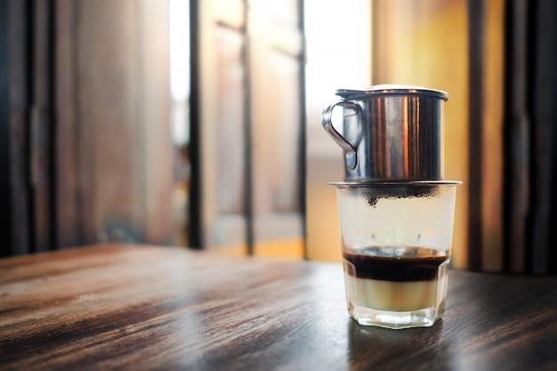 Vietnamesischer kaffee auf holztisch.