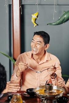 Vietnamesischer mann, der nudeln isst