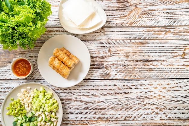 Vietnamesischer schweinefleischbällchen mit gemüsewickeln (nam-neaung oder nham due), vietnamesische traditionelle esskultur