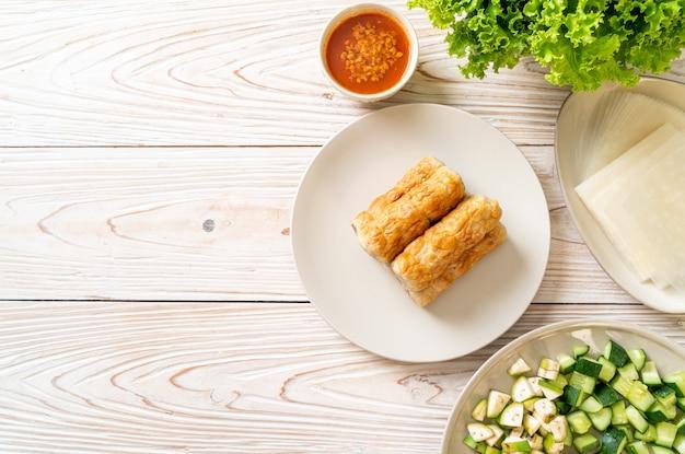 Vietnamesischer schweinefleischbällchen mit gemüsewickeln (nam-neaung oder nham due) - vietnamesische traditionelle esskultur