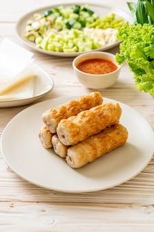 Vietnamesischer schweinefleischbällchen mit gemüsewickeln (nam-neaung oder nham due)