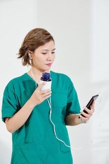 Vietnamesisches arztvideo, das ihre patientin anruft und pillen oder ergänzungen empfiehlt