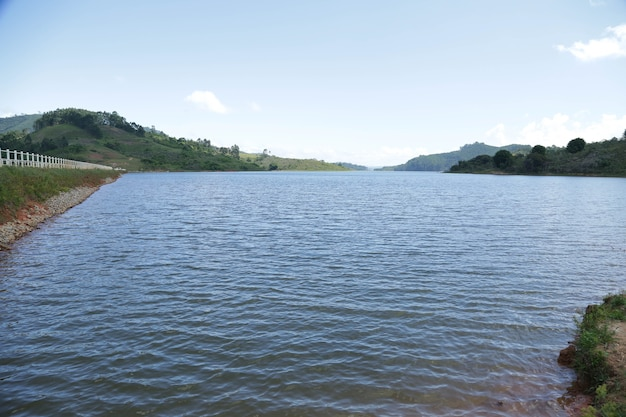 View dam mit fischer mit viel tropischer brasilianischer sommersonne und hundeschwimmen