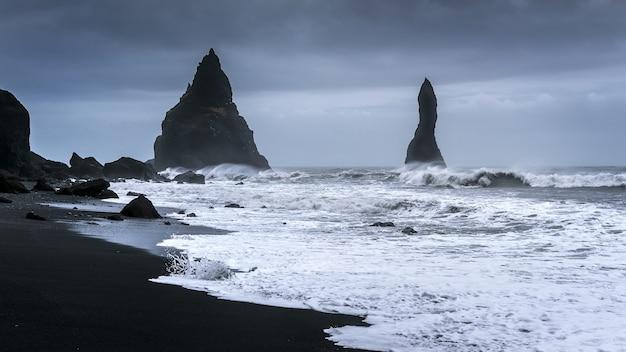 Vik- und basaltsäulen, schwarzer sandstrand in island.