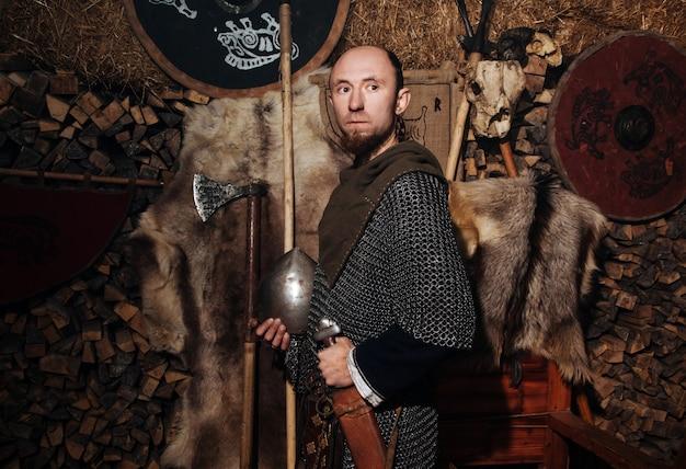 Viking posiert gegen das alte innere der wikinger.