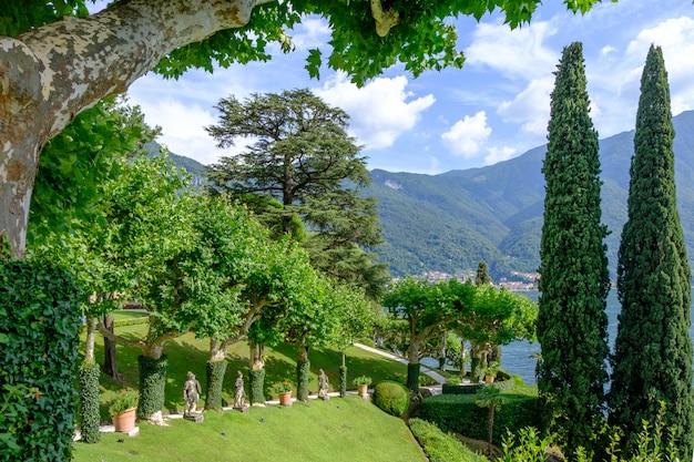 Villa balbianello hof mit grünen bäumen