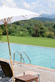 Villa mit pool und bergblick mit grüner wiese