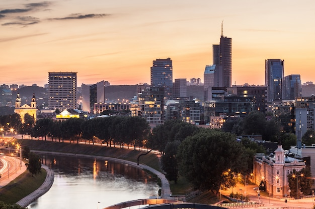 Vilnius financial district bei sonnenuntergang