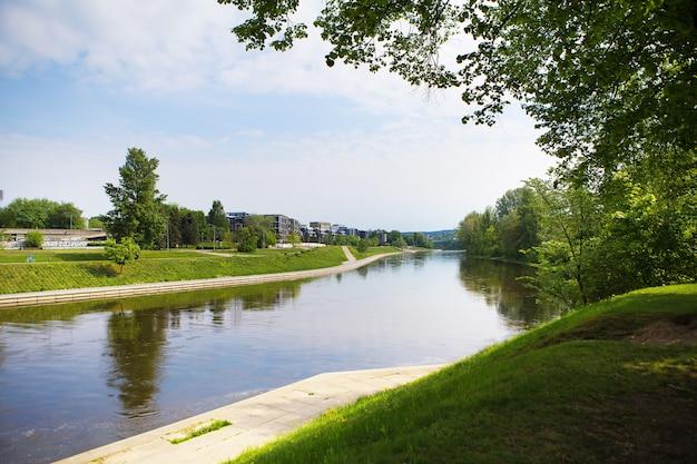 Vilnius - litauen, schöne aussicht auf den fluss