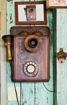 Vinntage telefon an der wand
