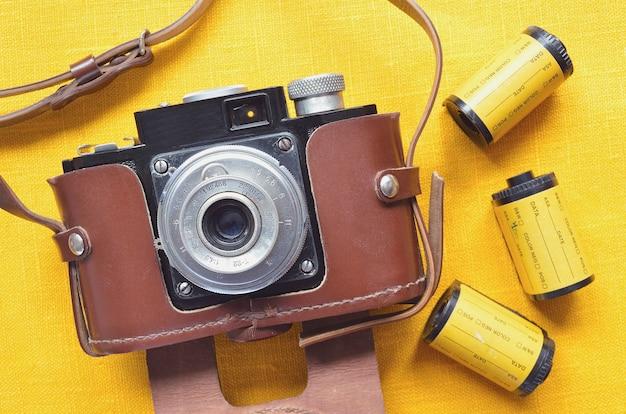 Vintage 35mm filmkamera in ledertasche mit filmrollen herum