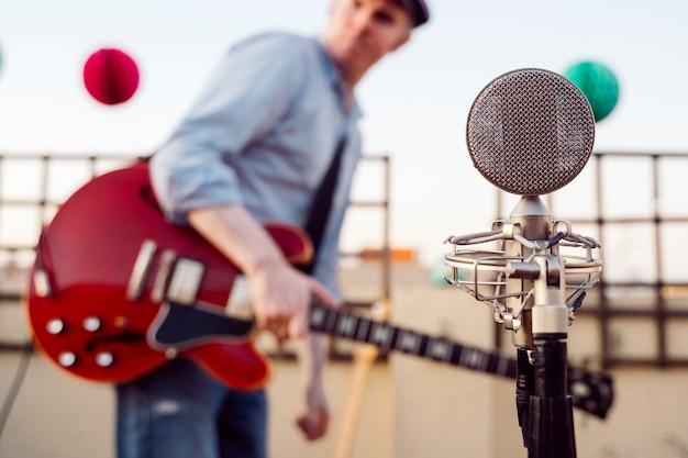 Vintage altes mikrofon und musiker, die ton proben und testen