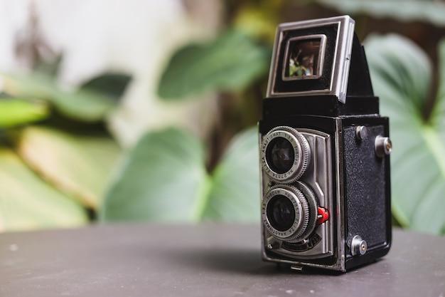 Vintage analoge kamera auf dem tisch
