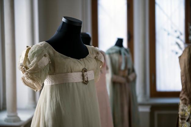 Vintage antikes seidenkleid auf schneiderpuppe weibliche modekostümdetails luxuriöse retro-kleidung