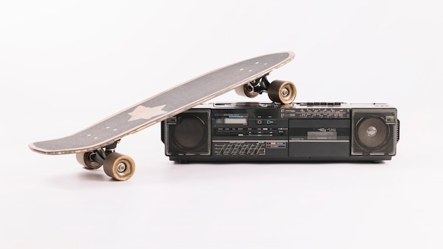 Vintage audio-player mit skateboard