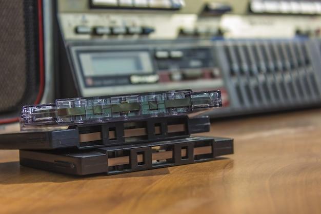 Vintage audiokassette mit tonbandgerät auf holztisch