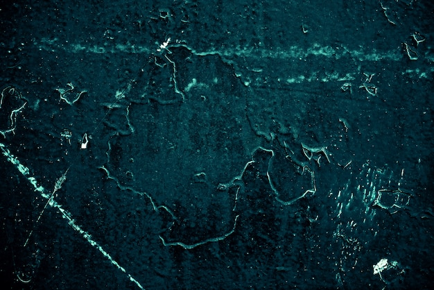 Vintage azurblauer hintergrund. grob gestrichene wand in türkisfarbener farbe. unvollkommene cyanfarbene ebene. ungleichmäßiger alter dekorativer getönter hintergrund von aqzure tönung. textur des blaugrünen farbtons. ziersteinige oberfläche.