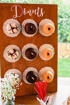 Vintage bar mit bonbons mit donuts und viel zucker