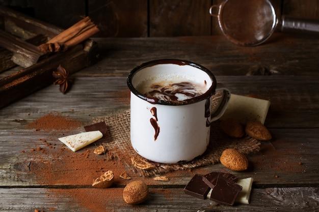 Vintage becher mit heißer schokolade