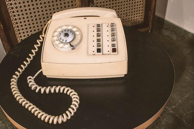 Vintage beige telefon auf einem tisch