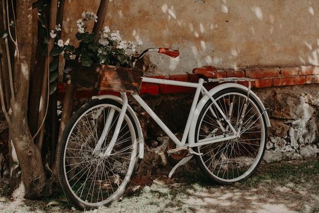 Vintage bike geparkt an der wand