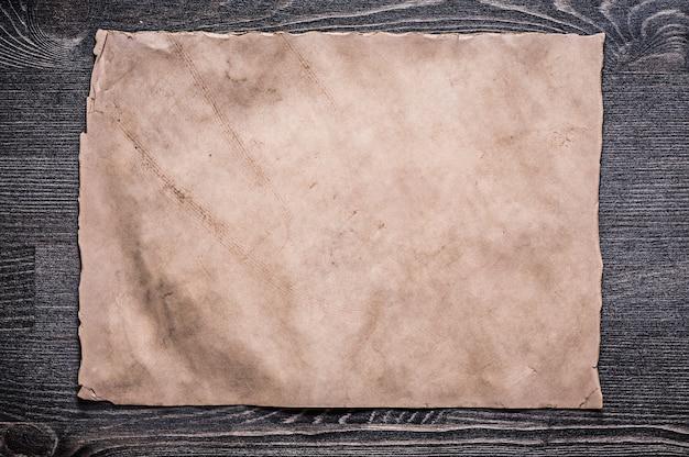 Vintage blatt papier auf holzbrett