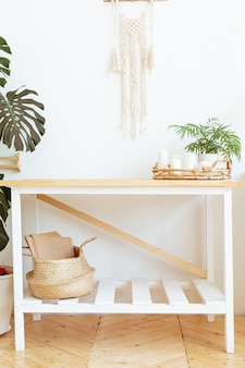 Vintage boho-set mit getrockneten blumen auf weißem wandhintergrund. lifestyle innenarchitekturwand. beige stillleben komposition