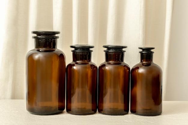 Vintage braune medizinflaschen