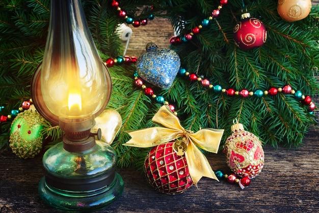 Vintage brennende laterne mit verziertem immergrünem weihnachtskranz