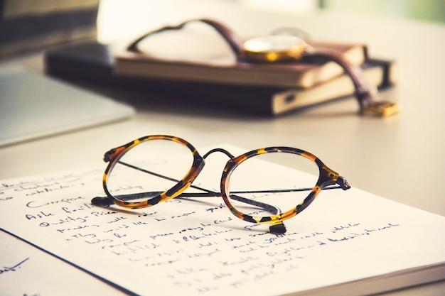 Vintage brille, notebook und uhr