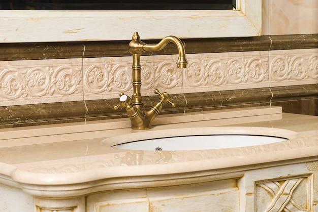 Vintage bronze bad und wasserhahn
