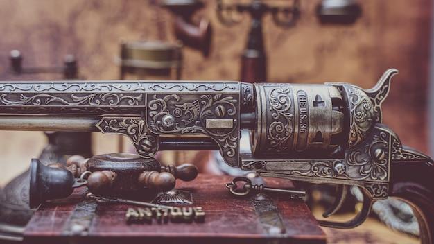 Vintage bronze geschnitzte pistole sammlerstück