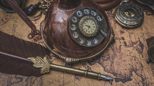 Vintage bronze quill pen und antike sammlung auf der alten weltkarte