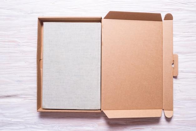 Vintage buch mit geschenkbox aus pappe