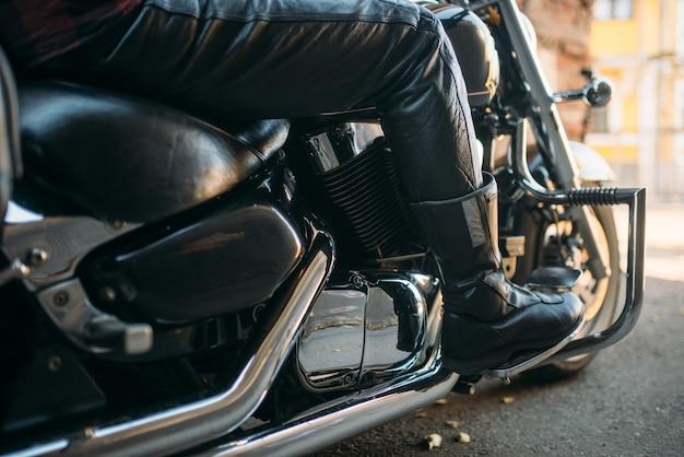 Vintage chopper mit chromelementen, biker-konzept. schwarzes kraftvolles motorrad, zweiradtransport