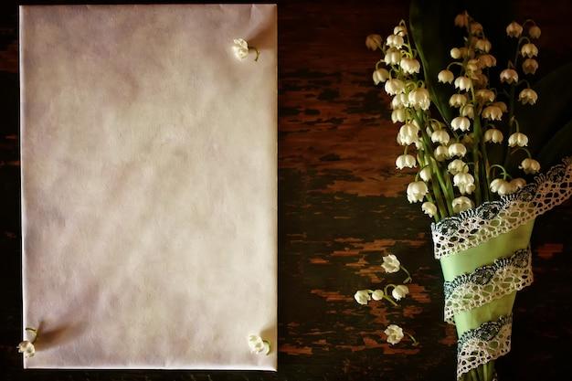 Vintage-effekt auf fotostrauß aus maiglöckchen und weltraumtext