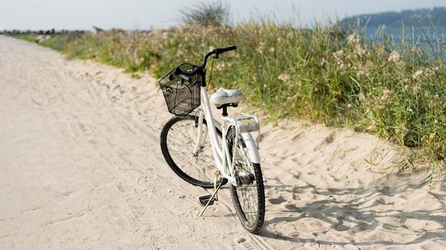 Vintage fahrrad im freien geparkt