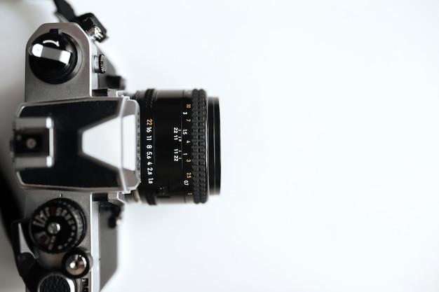 Vintage filmkamera auf einem weißen raum