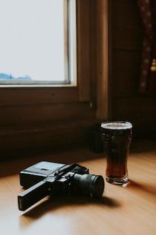 Vintage filmkamera und ein glas trockenes stout