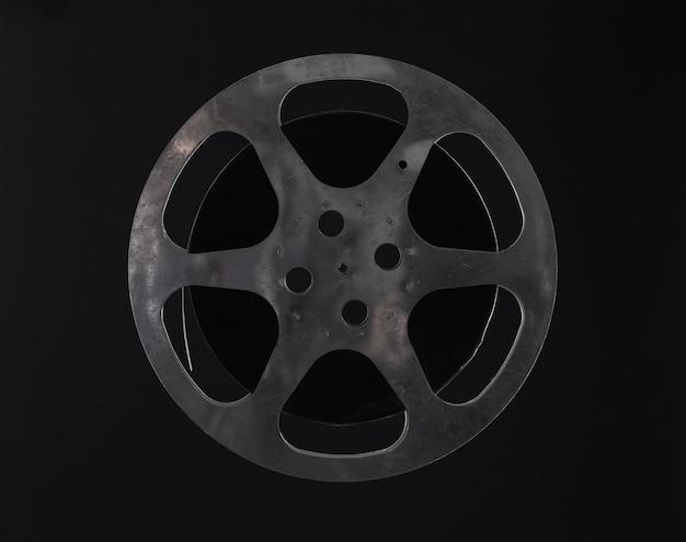 Vintage filmrolle auf schwarzem hintergrund