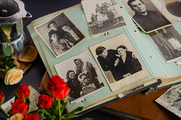 Vintage fotoalbum mit familienfotos. lebenswerte und generationenkonzept.