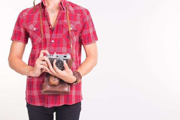 Vintage-, fotograf- und people-konzept - retro-kamera in den händen des mannes über dem weißen hintergrund mit kopierraum
