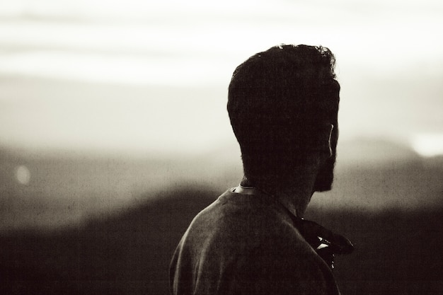 Vintage fotografie eines mannes, der den horizont betrachtet
