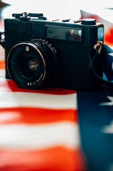 Vintage fotokamera neben der flagge der vereinigten staaten