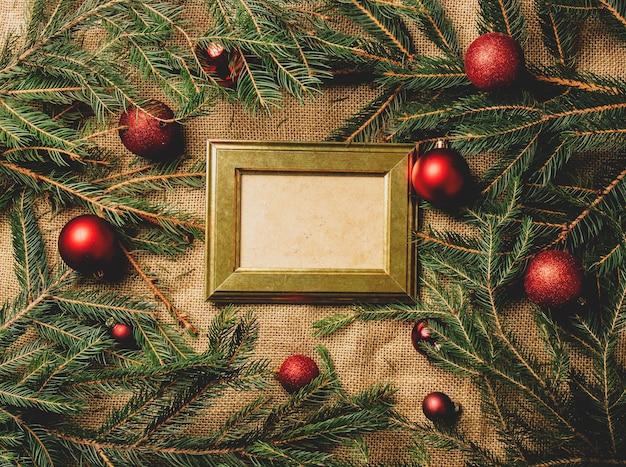 Vintage fotorahmen auf einem tisch neben weihnachtsdekoration