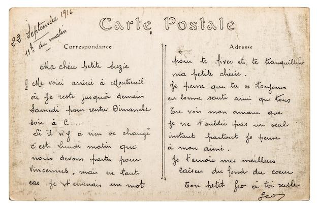 Vintage französische postkarte mit briefmarke aus paris. papierhintergrund im retro-stil