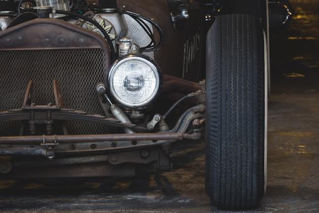 Vintage garage mit oldtimer wiederbeleben.