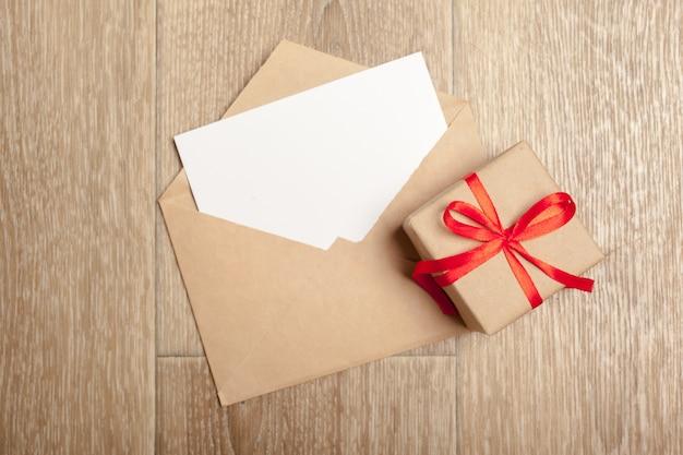 Vintage geschenkbox mit grußkarte und umschlag