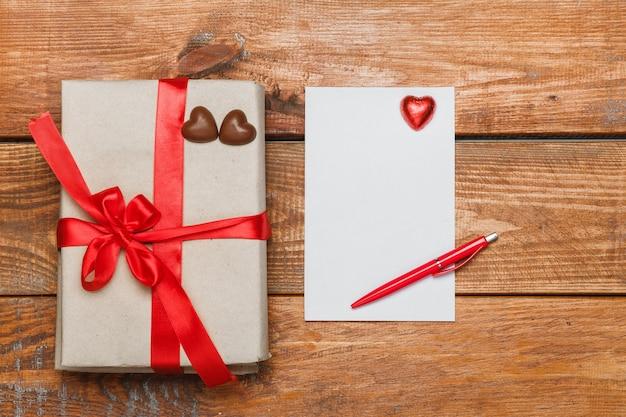 Vintage geschenkbox mit kleinen herzen auf holz