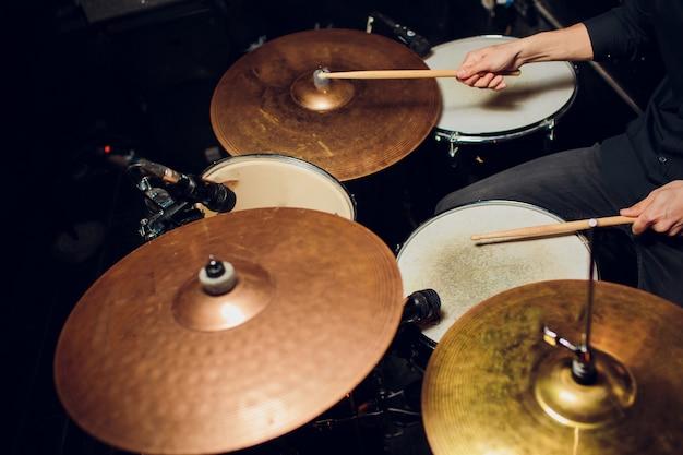 Vintage getönten live-musik hintergrund, schlagzeuger spielt mit drumsticks auf rock drum set